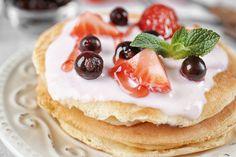 """Tudom, amerikaipalacsinta-receptekkel Dunát lehet rekeszteni. Ennek ellenére annyi verziója van, hogy sosem lehet megunni.  Nálunk minden hétvégén pancake van, általában hagyományosan vagy """"egészségesen"""", vagyis teljes kiőrlésű liszttel készítve. Mi legtöbbször édesen esszük, de a sós változatokat… Panna Cotta, Pancakes, Cheesecake, Cookies, Breakfast, Ethnic Recipes, Desserts, Food, Crack Crackers"""