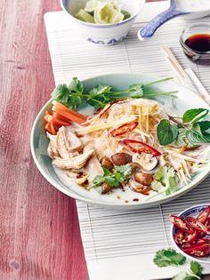Frischer Koriander, Hühnerbrust, Champignons, Karotten und Ingwer – bereitet schnell und einfach unsere Tom-Ka-Gai-Suppe zu! #suppe #asia #thai #edeka