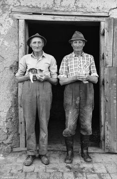Photographer Janos Stekovics met identical twins János and István Lukács in At the time, they were in their sixties. Antique Photos, Vintage Pictures, Vintage Photographs, Old Pictures, Old Photos, Namaste, Beautiful Series, Vintage Twins, Vintage Photos