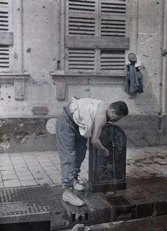 Militaire se rafraîchissant à une fontaine, rue de Ceres à Reims  Description :  Titre série : Autochromes de la guerre 1914-1918, département de la Marne  Auteur :  Castelnau Paul (1880-1944)Opérateur de l'armée