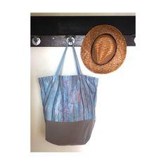DESTOCKAGE  Ce grand sac cabas sera parfait pour vous accompagner dans vos séances shopping, vos courses où vos sorties à la plage ! Il est costaud car il est en toile de coton, et jai renforcé toutes les coutures. Les coutures des anses sont également renforcées par une couture en croix sur lextérieur du sac. La technique des coutures anglaises permet de jolies finitions à lintérieur du sac, comme vous pouvez le voir sur les photos 4 et 5.  La largeur du haut du sac est de 50 cm. La hauteur…