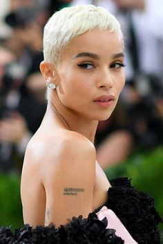 Zoe Kravitz ditched her icy blonde pixie cut for a new dark brown hairdo and we're obsessed. See the pictures here. Very Short Hair, Short Hair Cuts, Dyed Pixie Cut, Pixie Hairstyles, Cool Hairstyles, Popular Hairstyles, Best Celebrity Tattoos, Celebrity News, Celebrities Tattoos