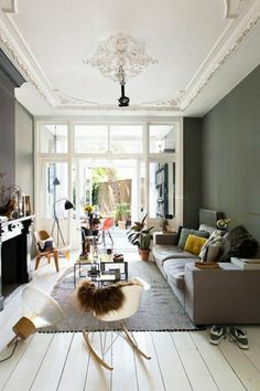 sol en planchers, lustre original, chaise bercante, décorer son salon