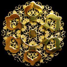 La presentosa. Scanno, Abruzzo, Italia. È un gioiello d oro, antico, che veniva regalato alle giovani donne come promessa di matrimonio.