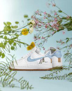 RELEASE REMINDER 09:00 🤍💙De Nike Air Force 1 '07 SE 'Indigo' met een geborduurd botanisch design op de hak, plantaardige verf in het design, min. 20% gerecycled materiaal en de iconische buitenzool is gemaakt van rubber met kurk. De verkooppunten ➞ Air Force 1, Nike Air Force, Indigo Plant, Cork, Min, Sneaker, Rubber, Canvas, Heel