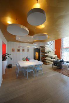 Design de teto de sala de estar contemporânea com piso de madeira