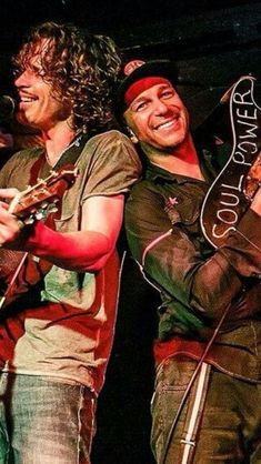 Chris Cornell and Tom Morello soul power Tom Morello, Scott Weiland, Eddie Vedder, Pearl Jam, Rock N Roll Music, Rock And Roll, Kurt Cobain, Nirvana, Music Love