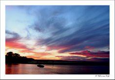 Zweedse oostkust. Laat in de middag, eigenlijk al avond vonden we een leuk pensionnetje in het zuid Zweedse kustplaatsje Kivik. Op zoek naar een restaurantje voor het avondmaal kwamen we terecht bij een vis restaurant aan het water waar we getrakteerd werden op deze prachtige zonsondergang. (Sweden)
