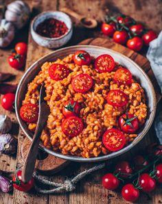 Dieses cremige vegane Tomaten-Risotto ist einfach und schnell zubereitet und unheimlich lecker! Ein perfektes Mittag- oder Abendessen auf pflanzlicher Basis. (glutenfrei, vegan)