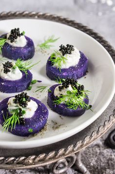 Purple potato bites with horseradish creme fraiche and caviar - bold colors and big flavors packed into a small, delicious morsel - the perfect starter for your holiday dinner or a cocktail party. Caviar, Purple Potatoes, Baby Potatoes, Purple Food, Potato Bites, Snacks Für Party, Party Appetizers, Elegant Appetizers, Thanksgiving Appetizers