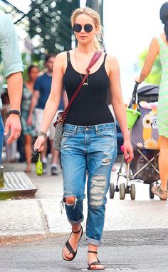Jennifer Lawrence usa calça boyfriend destroyed com regata preta em look básico