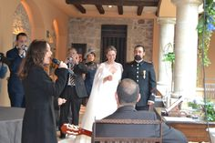 Sin embargo, una amiga de los novios decide darles una sorpresa. #boda #ceremonia