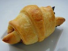 Ingrédients: 1 pâte feuilletée 70 g de confit d'oignon de la mousse de foie 1 jaune d'oeuf Préparation : préparer la pâte feuilletée préchauffer le four à 190° étaler la pâte feuilletée sur le croissant party et à l'aide du rouleau à pâtisserie découper...