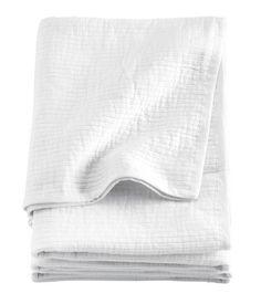 Tagesdecke aus Baumwolle mit Streifenstruktur und Kanteneinfassung.