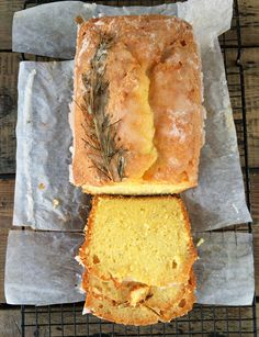 Gin and lemon drizzle cake - Take a lemon drizzle cake, add gin – and some rosemary to bring out the botanical notes in the gin! Gin Recipes, Sweet Recipes, Baking Recipes, Cake Recipes, Dessert Recipes, Loaf Recipes, Sweet Desserts, Healthy Recipes, Cupcakes
