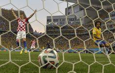 GOL EN CONTRA De Marcelo en el partido inaugural del mundial. Croacia1, Brasil 0 (AFP)