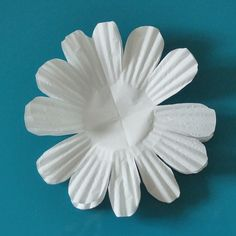 Keeping with the theme from last week of making flowers from kitchen pantry items (see my coffee filter flowers here) this week I am making flowers out of cupcake liners! These are very economical,… Cupcake Liner Flowers, Flower Cupcakes, Cupcake Liners, Coffee Filter Crafts, Coffee Filter Flowers, Coffee Filters, Flower Making Crafts, Flower Crafts, Paper Flower Decor