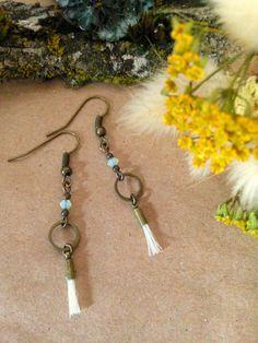 Boucles d'oreilles bronze et crin de cheval blanc via melbandthebird. Click on…