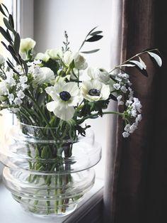 Arrangerer blomstene løst i store vaser, slik at utrykket blir mer luftig. Glass Vase, Bouquet, Bloom, Vases, Interior, Flowers, Store, Home Decor, Decoration Home