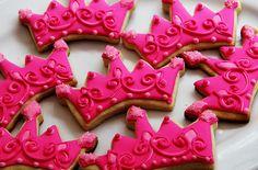 Pink crown cookies - use GOLD sugar! Galletas Cookies, Cupcake Cookies, Sugar Cookies, Cupcakes, Pink Cookies, Sweet Cookies, Fondant Cookies, Birthday Cookies, Crown Cookies