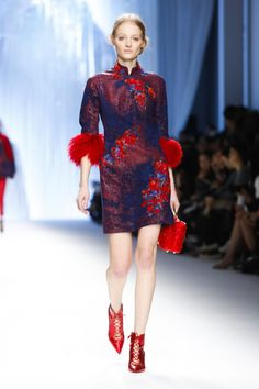 Shiatzy Chen Ready To Wear Fall Winter 2015 Paris Live Fashion, Fashion Show, Gucci Gown, Red Black Dress, Japanese Street Fashion, China Fashion, Chinese Style, Traditional Dresses, Runway Fashion