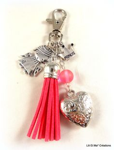 "Bijou de sac, grigri, Lili et Ma* Créations ""pompon coloré rose"" : Porte clés par lili-et-ma-creations Leather Jewelry, Beaded Jewelry, Handmade Jewelry, Bead Crafts, Jewelry Crafts, Diy Keychain, Beaded Purses, Bijoux Diy, Key Fobs"