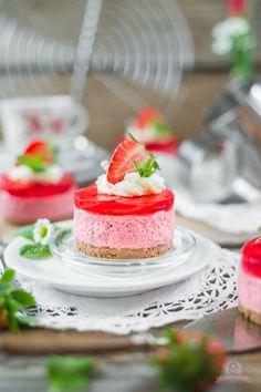 Erdbeersahnetörtchen auf Krümel-Keksboden