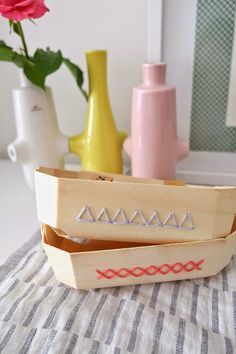 Bestickte Spankörbe / Crocheted-on baskets / Upcycling