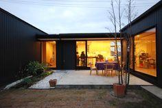 3つの黒い箱が、光と風の通り道となる隙間やズレをつくりながら集まり、全体を形作っている平屋の住宅です。「自分の家から自分の家が見たい」という奥様の言葉がこの家のあり方を決めました。コの字型に囲まれた6m×10mのゆったりとした中庭は、周囲に影響されないもう一つの部屋とも言えます。キッチンに立つと、中庭を介して子供部屋や家全体を見渡す事ができ、子供がどこで遊んでいてもお互いを感じる事ができます。休日にコーヒーの香りが漂うカフェのような雰囲気で、お気に入りの家具が似合う家にしたいという御夫婦のお住まいです。
