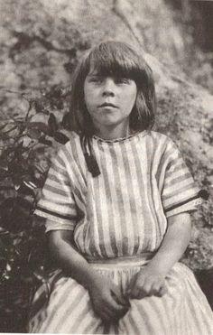Tove 9-vuotiaana - Tove Janssonin lapsuuskoti (1914-1933) oli kuvanveistäjä-isä Viktor Janssonin ja ruotsal.syntyisen piirtäjä-äiti Signe Hammarsten-Janssonin ateljeekoti Luotsikatu 4, Katajanokka.Talossa asui paljon taiteilijoita.Janssonien hallussa oli ylimm.kerroksen ateljeehuoneisto,jonka edell.asukas oli ollut taidemaalari Hugo Simberg.Tove vietti pitkiä aikoja lapsuudessaan myös Ruotsissa äidinpuol.sukulaistensa luona.