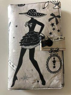 Portefeuille Compère en coton blanc illustré cousu par Laetitia - Patron Sacôtin