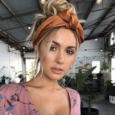 40 Headband Hairstyles You'll Wanna Save For Later Messy summer bun by Emma Chen – Farbige Haare Bandana Hairstyles, Summer Hairstyles, Easy Hairstyles, Hairstyles With Headbands, Hairstyle Ideas, Homecoming Hairstyles, Bob Hairstyle, Hair Scarf Styles, Curly Hair Styles