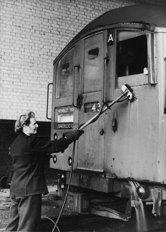 1942 Mrs B. Lawrence cleans an electric underground train with acid at Neasden Station during World War I London Underground Tube, London Underground Stations, London History, British History, Women's History, British Home, British Rail, Metro Subway, U Bahn