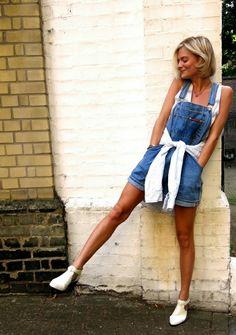 La salopette en jean est très confortable pour les jours d'été.Donc si vous êtes inspirés par notre proposition,on va vous donner quelques idées en photos !