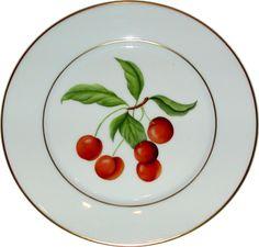 Un service à dessert très classique représentant un fruit par assiette et filets or mat.