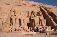 Foto testimonial de mi presencia en el Templo de Ramses II en Abu Simbel, situado, ahora 60 m. más alto y 200 m. más lejos que el original, trasladado  aquí piedra a piedra.