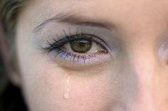 Если слезятся глаза Измельченные листья алоэ залить теплой кипяченой водой в пропорции 1:10, размешать, процедить. Делать примочки несколько раз в день. Через неделю можно начать делать компрессы только на ночь. Это поможет избавиться от слезоточивости глаз на улице.  Читать больше: http://prokrasotu.info/topics/esli-slezyatsya-glaza/