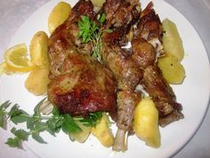 Ο συνδυασμός της κριτσανιστής πέτσας του αρνιού ή του κατσικιού,του εύγευστου και ζουμερού κρέατός του, με νότες σκόρδου και λεμονιού, και των πατατών που