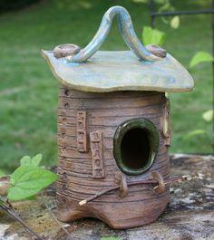 Vogelhaus aus Keramik als Gartendekoration