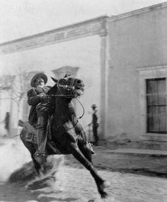 El general Francisco Villa a caballo