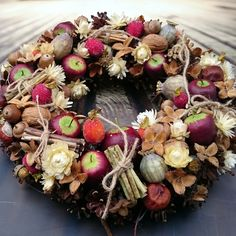 Podzimní+s+jablky+Podzimní+věneček,+průměr+29+cm Christmas Wreaths, Floral Wreath, Holiday Decor, Home Decor, Manualidades, Decoration Home, Room Decor, Wreaths, Advent Wreaths