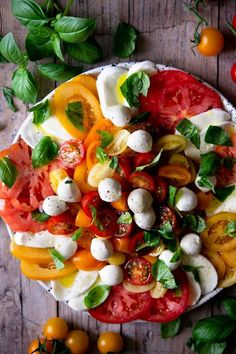 Low Carb Recipes To The Prism Weight Reduction Program Caprese Salad. Simple, Fresh And Delicious Yet So Easy To Get Wrong. This Traditional Italian Salad Is The Ultimate Way To Use Summer Tomatoes. Plate of mixed greens Recipes Italian Salad Italian Food Caprese Salat, Ensalada Caprese, Caprese Salad Recipe, Tomato Salad Recipes, Food Salad, Healthy Salads, Healthy Eating, Healthy Recipes, Healthy Food