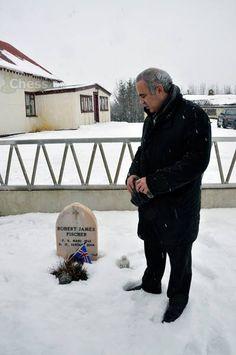 Kasparov at Fischer's grave in Iceland #chess #echecs