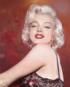 """Marilyn Monroe on Instagram: """"Marilyn Monroe photographed by John Florea, 1953.  Picture of Marilyn Monroe with light effect a added a background, and revived color. By…"""" Arte Marilyn Monroe, Marilyn Monroe Wallpaper, Marilyn Monroe Portrait, Marilyn Monroe Photos, Merlyn Monroe, Cinema Tv, Colorized Photos, Old Hollywood Stars, Norma Jeane"""