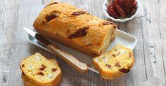 """750g vous propose la recette """"Cake mimolette, fromage de chèvre et tomates séchées"""" publiée par Pascale Weeks."""