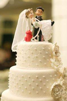 Bolo de casamento   Bolo moderno   Bolo   Cake   Bolo de Casamento   Wedding Cake   Casamento   Wedding   Bolo branco com casal em cima   Detalhes   Details   Inesquecível Casamento
