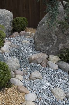 Dry river bed landscaping ideas: Perfectly arranged small stones to imitate waves Interested in renovating your garden? Nothing is more stunning than these dry river bed landscaping ideas. Read on, get inspired, and learn how! Cheap Landscaping Ideas, Landscaping With Rocks, Front Yard Landscaping, Mulch Landscaping, Luxury Landscaping, Landscaping Company, Japanese Rock Garden, Japanese Garden Design, Japanese Style