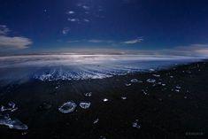 """""""波に打ち上げられた無数の氷たち。 星と月の光を浴び、夜明けの空を映し、まるで天空の宝石のようでした。 (今朝未明から明け方、北海道にて撮影)"""""""