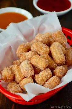 25 Blissful Bite-Size Desserts We Can't Get Enough Of - Delicious Churros Recipes Online Bite Size Desserts, Köstliche Desserts, Delicious Desserts, Yummy Food, Mexican Food Recipes, Sweet Recipes, Easy Churros Recipe, Churro Bites, Dessert