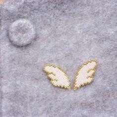 """Petites ailes réalisées avec les perles Toho """"Treasure"""". J'ai fait un petit test des Treasure mélangées aux Miyuki Delica, à retrouver sur mon site (lien direct vers l'article sur mon profil). @mylittlebirdcreations . . . #jenfiledesperlesetjassume #tissageperles #mylittlebird #tohobeads #tohotreasures"""